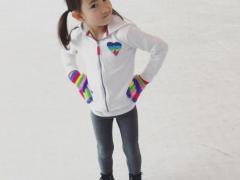 奥莉初学滑冰活力四射 李小鹏赞其是冰雪上的火花