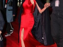 林志玲红色晚礼裙优雅亮相 获搀扶下台阶小心翼翼